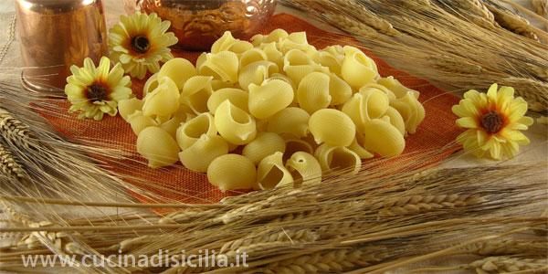 lumaconi al sugo con fagioli e ricotta salata - Cucina di Sicilia